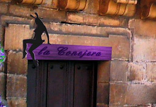 Über der Tür am Kanal hängt das Schild des Hasenstalls